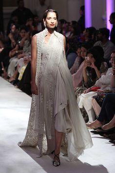 Anamika Khanna at India Couture Week 2016 India Fashion, Ethnic Fashion, Asian Fashion, Traditional Trends, Traditional Fashion, Indian Dresses, Indian Outfits, Desi Clothes, Indian Clothes