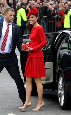 Kate Middleton in Alexander McQueen- luv it :) Kate Middleton New Hair, Pippa Middleton, Princesa Kate, Kate Middleton Prince William, Prince William And Kate, She's A Lady, Lady In Red, Outfit Vestido Rojo, Pantyhosed Legs