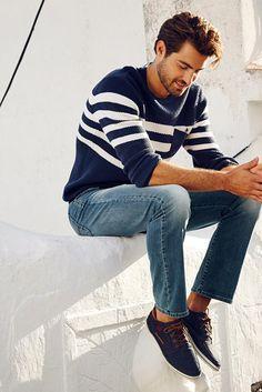 """Ein Pullover im Maritim-Look darf in keinem Männerkleiderschrank fehlen. Schon gar nicht, wenn er dank Baumwollmischung so super bequem ist wie der von Rhode Island. Der Strickpulli sitzt regular-fit und lässt sich mit allem kombinieren, was auf den Namen """"Jeans"""" hört."""