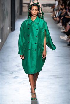 21 Spring 2020 Ready-to-Wear Fashion Show Collection: See the complete No. 21 Spring 2020 Ready-to-Wear collection. Look 32 Green Fashion, Love Fashion, Autumn Fashion, Fashion Outfits, Singer Fashion, Dolly Fashion, 2020 Fashion Trends, Fashion 2020, Vogue Paris