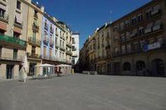 Manresa (Barcelona) La plaza era el punto de reunión de los habitantes y el lugar dónde se celebraba el mercado desde la época medieval. La que vemos hoy en día, es fruto de la reforma del siglo XVII, cuando se derrocó la isla de casas que dividían la Plaza en dos: la Plaza Mayor y la de los Especieros