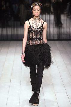 Alexander McQueen Parigi - Collections Fall Winter - Shows - Vogue. Fall Fashion 2016, Runway Fashion, Fashion Show, Fashion Design, Women's Fashion, Fashion Ideas, London Fashion Weeks, Alexander Mcqueen, Mcqueen 3