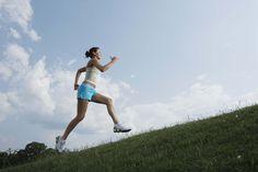Cómo convertirte en un corredor principiante. Atarte un par de zapatos para correr y entrar al asfalto por primera vez puede ser intimidante para un corredor principiante. Si te permites el tiempo para desarrollar resistencia y mejorar tu técnica, sin embargo, pronto estarás cómodo y con confianza ...