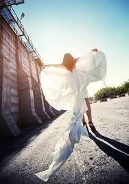met n lange jurk door de wind laten volgen en in dit geval engelen vleugels maken