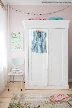 Un armario pintado en blanco para una habitación infantil de estilo vintage-romántico