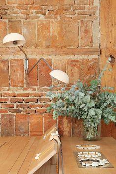 Adrés Gallardo - Lámpara articulada encontrada en el Rastro de Madrid con tulipas de cerámica. Pared de ladrillo y vigas macizas originales del edificio.