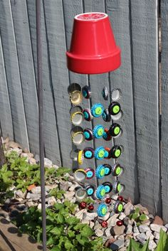 bottle_cap_wind_chime garden art diy how to make Whimsy in the Garden Bottle Cap Art, Bottle Top, Diy Bottle, Bottle Cap Table, Bottle Cap Necklace, Beer Bottle Caps, Beer Caps, Bottle Cap Images, Bottle Cap Projects