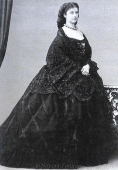 1862 Sisi with wrap-veil in Venice- Empress Elisabeth of Austria (due to the movie also known now as Sissi, Romy Schneider, Vintage Photographs, Vintage Photos, Die Habsburger, Impératrice Sissi, Victorian Fashion, Vintage Fashion, Empress Sissi, Civil War Fashion