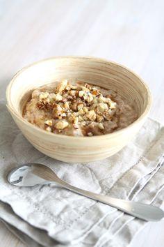 Tarvitset: 1 dl kaurahiutaleita 1 dl kvinoahiutaleita 1 tl suolaa 2 rkl mantelijauhoja 3 dl vettä 1 tl kanelia 2 rkl steviaa 0,5 tl vaniljasokeria tai vanilliinisokeria vajaa dl saksanpähkinöitä 1 rkl siirappia (ei refluksikoille)  Kaada kvinoahiutaleet, kaurahiutaleet, mantelijauho, suola ja vesi pienehköön kattilaan. Kiehauta koko ajan sekoittaen. Vähennä lämpöä reilusti, ja lisää puuroon kaneli, stevia, vaniljasokeri ja puolet morttelissa tai kämmenellä murskatuista saksanpähkinöistä.