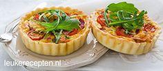 Kleine quiches gevuld met een mengsel van spek, tomaat en erwtjes