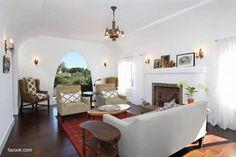 Sala de estar blanca con piso de cerámica marrón