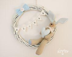 Una macchinina, una nuvoletta, una coccarda o una luna. Il tutto rigorosamente azzurro. Quanti modi simpatici per annunciare la nascita del proprio bambino. Qualche idea di fiocco nascita per maschietto in questa galleria fotografica.
