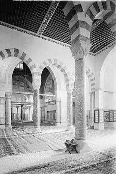 داخل مسجد قبة الصخرة المشرفة القدس، فلسطين ١٩٣٠  Inside the mosque of the Dome…