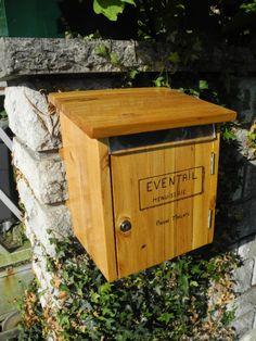Quoi de mieux qu'une boite aux lettres en bois pour un atelier de menuiserie. Avec du bois jaune d'acacia pour être dans les tons de La Poste en prime.  Petit à petit, l'oiseau fait son nid.