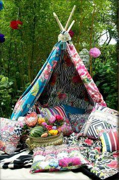 idées pour un jardin gai et déco boho chic - tipi indien multicolore et coussins décoratifs assortis