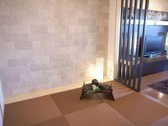 J112 自然素材の和室 インテリアコーディネート 和室 凸凹のある自然素材の壁面が畳に存在感を与えます。 エコカラットは湿度調節や、脱臭効果がある注目の壁です。