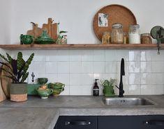 Achterwand keuken Cozy Kitchen, Kitchen Shelves, Kitchen Backsplash, New Kitchen, Kitchen Decor, Home Design Decor, Interior Design Kitchen, Home Decor, Black Kitchens
