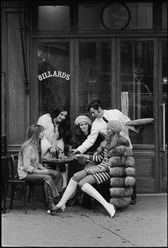 Au bistrot -  Paris, 1968 © Pierre Boulat / Association Pierre & Alexandra Boulat.  Format tirage 40 x 50 cm avec marge tournante de 5 cm