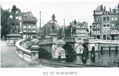 1920 De Blauwbrug in Amsterdam is een brug over de Amstel die de Amstelstraat verbindt met het Waterlooplein. De brug werd in 1883 opengesteld en is een ontwerp van B. de Greef en W. Springer. De naam van de brug is afgeleid van de blauwe houten brug die hier vanaf 1600 beide oevers verbond. De architectuur van de brug is geïnspireerd door de Parijse Seine bruggen. Het is daardoor een van de meest markante bruggen van Amsterdam