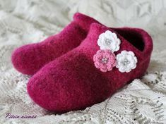 Huovutetut tossut Joki-langasta - tällä helpolla ohjeella ja vinkeillä teet kukilla koristellut tossut nopeasti parissa illassa. Felt Crafts, Diy And Crafts, Joki, Teet, Knitting Socks, Knit Socks, Handicraft, Knit Crochet, Baby Shoes