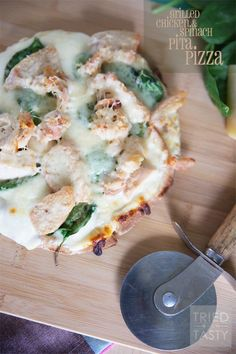 Grilled Chicken & Spinach Pita Pizza | Looking for 30 minute meals? This pizza is so easy with the help of a pita crust. Healthy and delicious, perfect for the whole family. Perfectly portioned for a low calorie lunch or dinner! | Tried and Tasty