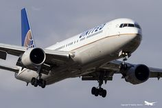 United Airlines Boeing 767-322/ER (registered N671UA; photo by Andrés Aliotta)