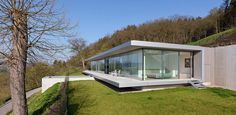 Villa K, located in Thüringen, is the first German project for Paul de Ruiter Architects. The realization of a sustainable villa, discrete and integrated in the natural environment, was the wish of the client. Villa K, Villa Pool, Design Exterior, Glass House, Architect Design, Modern House Design, Contemporary Architecture, Building Design, Future House