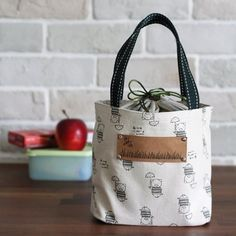 Pattern and tutorial to sew a lunch box bag with drawstring cover. The cover prevent the contents...