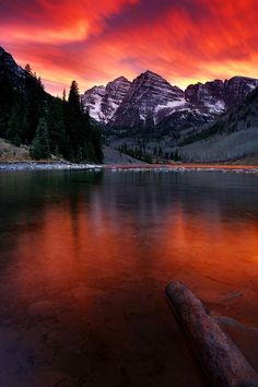 Not sure why but Aspen colorado is now on my bucket list, just a gorgeous place i shall see before i die.End Of The World At Maroon Bells - Aspen, Colorado All Nature, Amazing Nature, End Of The World, Wonders Of The World, Beautiful World, Beautiful Places, Beautiful Sunset, Nature Landscape, Photos Voyages