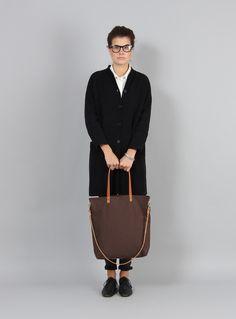 Die Schultertasche ELIN ist aus 100% Canvas, zwei Trageriemen und einem Schulterriemen aus echtem Leder hergestellt. Der reine Baumwollstoff ist sehr robust und weist durch seinen angerauten...