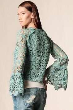 Un intreccio raffinato e prezioso, giacca pizzo macramé #scervinostreet #fashion #dressingfab #shoponline