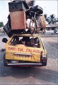 Taxi, Bénin. Photo: Dominique Zinkpé. Né en 1969 à Cotonou, Zinkpè est un artiste autodidacte et polyvalent qui réalise dessins, peintures, sculptures et installations.