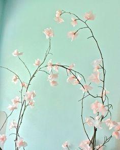 Galho seco de árvore e papel de seda fazem um lindo arranjo de flor de cerejeira…