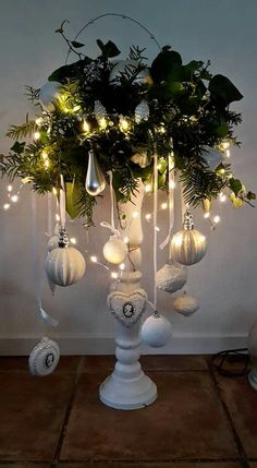 christmas lights Diy Home Dekorieren Quiz Silver Christmas, Noel Christmas, Rustic Christmas, Christmas Projects, Simple Christmas, Christmas Wreaths, Christmas Ornaments, Christmas Chandelier, Christmas Ideas