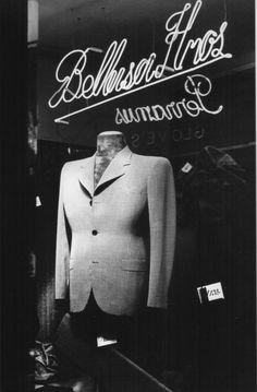 Horacio Coppola, Vidriera de un comercio en Sarmiento y Suipacha, Buenos Aires, Argentina, 1936.