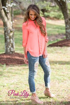 This gorgeous blouse is perfect for all of your spring and summer adventures! We adore the bright neon coral color - paired with rolled sleeves and a golden clasp in front, it looks so stylish! The ma Dressy Casual Outfits, Fall Outfits, Cute Outfits, Camisa Coral, Autumn Winter Fashion, Autumn Fashion, Coral Blouse, Lily Boutique, Professional Wardrobe