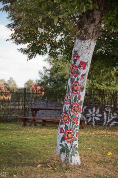 Painted tree in Zalipie, painted village in Poland Garden Art, Garden Design, Graffiti Kunst, Polish Folk Art, Graffiti Designs, Yarn Bombing, Land Art, Tree Art, Floral