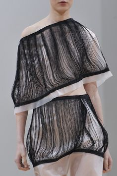 Fine thread structureS against delicate sheer fabric - fashion details // J.W. Anderson