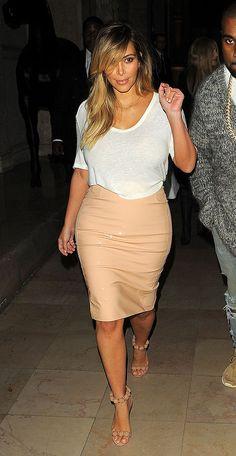 KIM KARDASHIAN  Para salir a cenar con su novio Kanye West en París, la socialité complementó un sencillo top blanco con una falda tipo lápi...