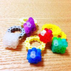 メリークリスマス!いよいよクリスマスイブですね〜:) クリスマスに指輪を贈られたらロマンチック♡ということで 指輪をテーマにつくったレシピです。 アイロンビーズで指輪をつくったよ! ゴージャスな赤のルビーや、ドラクエのいのりのゆびわみたいな青の宝石、癒しの緑はエメラルド、紫はアメジストのイメージでキリッと菱形にしてみました。 クリアなのはダイヤとプラチナなイメージ!!