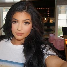 The sisters, who are only two years apart with Kylie being the youngest member of the Kardashian/Jenner clan, both made sure to catch attention. Kylie Jenner Instagram, Kily Jenner, Style Kylie Jenner, Nails Kylie Jenner, Mode Kylie Jenner, Jenner Hair, Kylie Jenner Makeup Artist, Kylie Makeup, Kourtney Kardashian