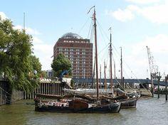 Museumshafen Oevelgönne - historische Ewer im Hafen; ehem. Kühlhaus Neumühlen. | Hamburg + Elbstrand.