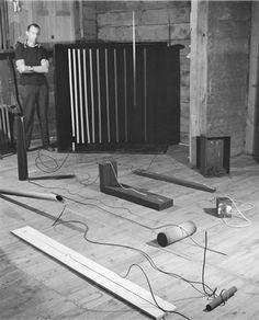 Werken van Edward Krasiński in zijn huis in Zalesie, 1968. Foto: Eustachy Kossakowski, ©Anka Ptaszkowska en het archief van het Museum of Modern Art Warsaw, courtesy Paulina Krasinska en Fundacja Galerii Foksal