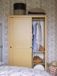 Amazing HEMNES Kleiderschrank mit Schiebet ren gelb