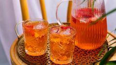 Aperol-cocktail saa viehkeän vivahteen hibiskuksenkukkateestä. Kuohuviini tuo juomaan juhlan tuntua ja mansikat kesäisen lisän. Alcoholic Drinks, Cocktails, Beer, Yummy Food, Wine, Mugs, Tableware, Glass, Recipes
