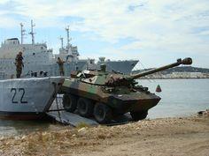Formation au profit des conducteurs de véhicules de l'armée de Terre (3ème RIMA, RICM, 11ème RAMa, 21ème RIMa et 1er REG) qui s'entraînent à l'embarquement et au débarquement à bord de la batellerie de la flottille amphibie. Les entraînements ont eu lieu sur sol dur (quai de l'artillerie) puis sur sol meuble (DZ Milhaud) de jour dans un premier temps puis de nuit. © Marine nationale