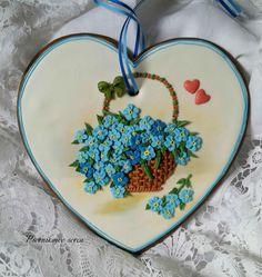 Forget-me-nots in a basket, set on a heart cookie. Spice Cookies, Fancy Cookies, Biscuit Cookies, Cut Out Cookies, Cute Cookies, Easter Cookies, Cupcake Cookies, Cookie Frosting, Royal Icing Cookies