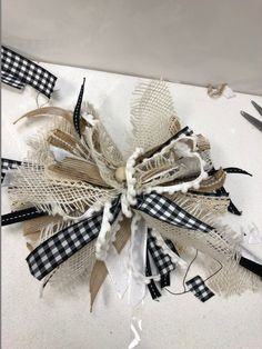 Pretty messy bow to decorate your house for the holidays Diy Bow, Diy Ribbon, Rope Crafts, Diy And Crafts, Burlap Crafts, Christmas Bows, Christmas Crafts, Christmas Ideas, Autumn Crafts