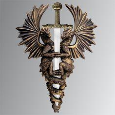 """Lindo adorno de parede. Espada com dragões """"GUARDIÕES DA RIQUEZA"""". Fabricado em resina na cor ouro envelhecido. Espada em aço-inox polido com cabo em Zamac dourado. (Loja das Facas)"""