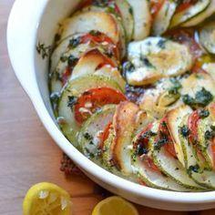 Halloumi on herkullista myös uunissa paistettuna. Zucchini, Vegetarian Recipes, Healthy Recipes, Healthy Food, Halloumi, Snacks Für Party, Ratatouille, Wine Recipes, Food And Drink